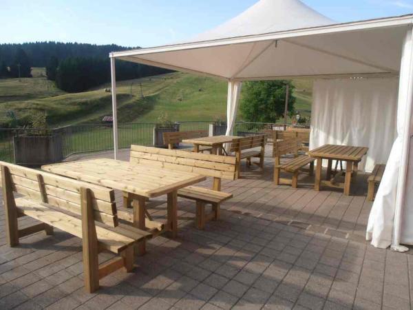 Tavoli da esterno in legno di pino autoclave cm 200 completi di panche con schienale. Disponibili anche nelle lunghezze cm 160 e 250.