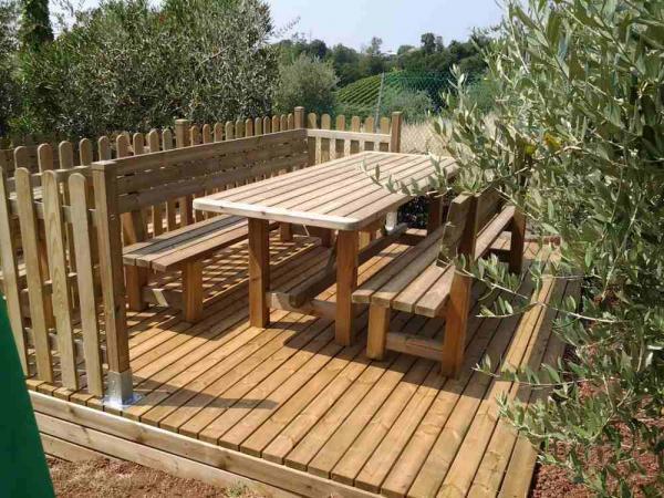 Tavoli da esterno in legno di pino autoclave misura cm 200 completi di panche con schienale.Disponibili anche nelle lunghezze cm 160 e 250.