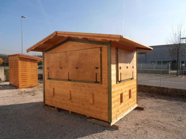 chiosco in legno cm 300x200 con nr.2 aperture , con balcone di chiusura che aperto crea mensola per la vendita. Disponibile anche a NOLEGGIO.