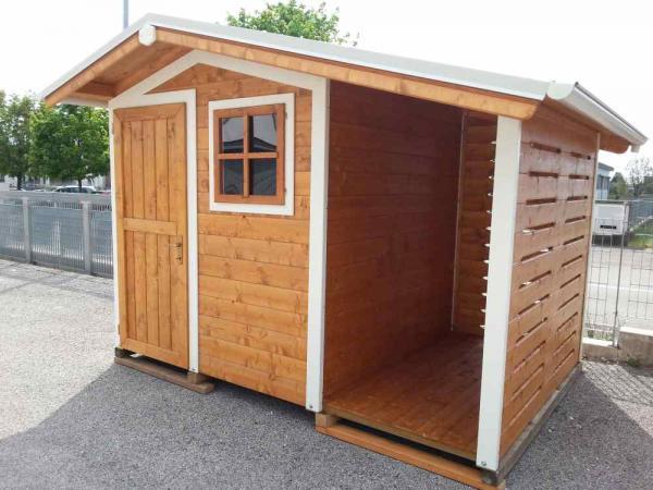 casetta cm 200x200+tettoia laterale cm 100 con bordi bianchi classica con tettoia laterale per la legna chiusa con tavole areate per ventilazione