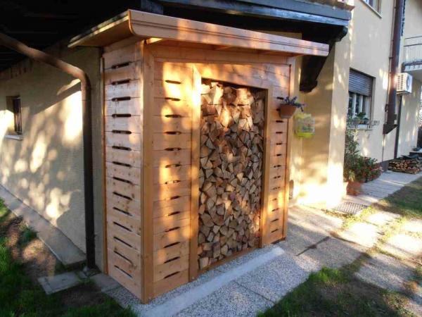 legnaia adossata al muro cm 200x100 in andamento con il tetto della casa