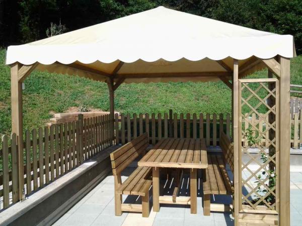 gazebo cm 300x300 coperto con telo pvc, con tavoli da cm 200 con relative panche con schienale adatti per pranzi all'esterno