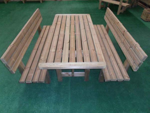 Tavoli da esterno in legno di pino autoclave misura cm 200 completi di panche con schienale. Disponibili anche nelle lunghezze cm 160 e 250.